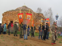 Крестный ход вокруг разрушенного старинного храма в поселке Вишово