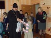 Юные прихожане и настоятель чериковского храма Рождества Богородицы посетили детей с ограниченными возможностями