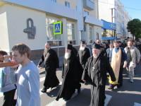 Шествие крестного хода по Могилеву, возглавляемое епископом Софронием