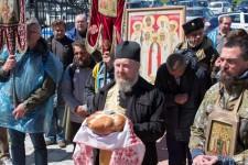 Иерей Андрей Дорощенко, сопровождавший крестный ход по Витебской епархии, принимает хлеб-соль
