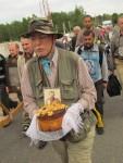 Киевлянин Георгий несет икону русского Царя-мученика и белорусский каравай