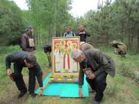 Главную святыню крестного хода-икону Царской Семьи-братья несут бригадами по 4 человека, меняясь каждые 15-20 минут
