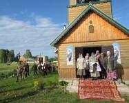 Прихожане Сергиевского храма встречают крестный ход хлебом-солью