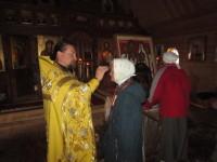 После молебна отец Александр помазал путников елеем от одной из святынь, которую несут в крестном ходе-мироточивой иконы Царской Семьи. Эта икона принадлежит  благочестивому рабу Божиему Павлу из Могилева, не имеющему телесного зрения.