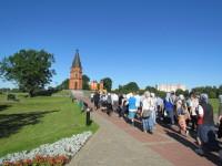 Крестоходцы подходят к мемориалу на Буйническом поле