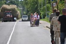 В течение всего пути местные жители встречали крестный ход и приносили цветы для Божией Матери