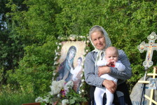 Участница многих крестных ходов Елена со своим внуком