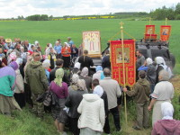 Отец Сергий Белоус отец  Андрей Шаварин служат молебен на привале