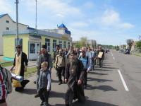 Отцы Владимир и Андрей Рыбаковы возглавили крестный ход при выходе из Шклова