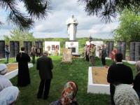 На всех братских захоронениях, которые были на пути, совершались заупокойные молебны
