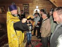 Протоиерей Владимир Пашкевич окропляет крестоходцев святой водой