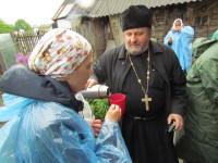 Протоиерей Александр Гончаров  приехал из Витебска, чтобы в непогоду напоить крестоходцев горячим чаем