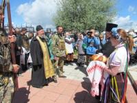 Отец Александр Гончаров встречает крестный ход  на входе в Витебск около храма иконы Божией Матери Целительницы
