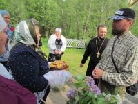 В Бабиновичах, как и во многих селениях , крестный ход встречали хлебом-солью и цветами