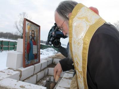 В Буйничах заложили  капсулу с грамотой в стену строящегося храма