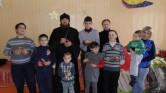 В Мстиславле священник Игорь Шнейдер и катехизатор Андрей Билык посетили инвалидов